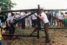 """19 August 1989: During the """"pan-European picnic"""", a symbolic opening of the border between Hungary and Austria, over 600 East Germans took the opportunity to flee to the West. Photo: picture-alliance/dpa"""