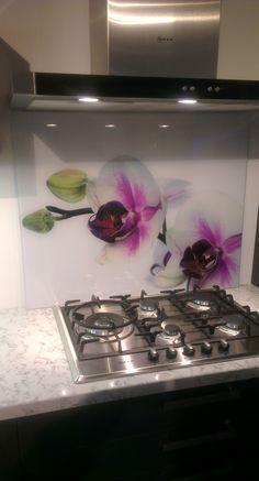 Spatwand van gehard glas met superscherpe fotoprint achter de kookplaat. Afmeting 90x70cm. Ook het toepassen van eigen foto's is zonder meerprijs mogelijk!