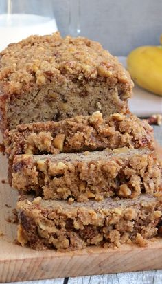This perfectly moist banana bread with streusel topping will become a hit at your home. So good with a glass of milk! This perfectly moist banana bread with streusel topping will become a hit at your home. So good with a glass of milk! Super Moist Banana Bread, Delicious Desserts, Yummy Food, Tasty, Healthy Desserts, Banana Bread Recipes, Banana Bread Recipe With Streusel Topping, Banana Nut Muffins, Banana Nut Bread Healthy