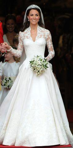 ¿Alguna vez te hubiera gustado ver todos esos#ICONIC vestidos en un solo lugar? Bueno, ahora podrás hacerlo gracias a la ilustradora Pauline Dujancourt. Ella creó una gráfica de 100 vestidos de novia de las celebridades como Kate Middleton en su creación de Alexander McQueen. | Aquí presentamos los 100 vestidos de novia con más estilo de las celebridades