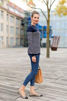 Vieles in der Mode kommt und geht, ein Teil aber scheint wohl in jeder Saison sicher zu bleiben - das gestreifte Marine-Shirt. Der Klassiker, einst von den Seeleuten aus der Bretagne getragen, ist eines der Kleidungsstücke, die wie kaum ein anderes für den französischen Chic steht. In Kombination mit einer Hose oder Jeans, flachen Ballerinas…