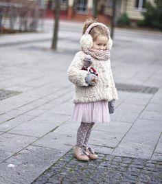ideen-mädchen-outfit-wintermantel-fell-handschuhe-mit-kindermotiv