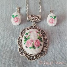 This Pin was discovered by Iğn Cross Stitch Rose, Cross Stitch Embroidery, Hand Embroidery, Cross Stitch Designs, Cross Stitch Patterns, Diy Ribbon, Flower Patterns, Jewelry Crafts, Crochet Earrings