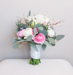 Brautstrauß mit weißen und rosa Ranunkeln und Eukalyptus bei www.weddingstyle.de | Foto: Schneiders Family Business