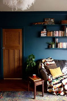 living room home decor house decoration dark interior moody masculine floating book shelves navy blue wall mid century modern Dark Green Living Room, Dark Living Rooms, Living Room Paint, New Living Room, Dark Rooms, Modern Living, Blue Living Room Walls, Green Rooms, Mid Century Interior Design