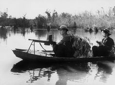 Viet Cong Guerrillas, led by North Vietnamese Regulars, bear automatic weapons and use leafy camouflage as they patrol a portion of the Saigon River in small boats somewhere in South Vietnam Vietnam History, Vietnam War Photos, North Vietnamese Army, Indochine, Military Operations, South Vietnam, American War, Korean War, Fotografia