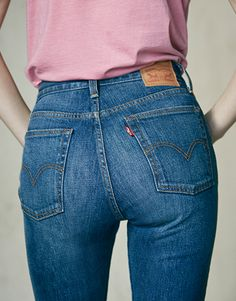A little cheeky. A little vintage-inspired. Introducing: the Wedgie fit. We took the vintage Levi's look you love and tailored to show off your best assets. Each pair has a waist-wittling high rise, fits snug through the hips, with just a hint of stretch to keep them comfortable. We topped it off with a button fly and a frayed hem to keep the vintage vibe.