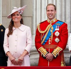 Kate Middleton and Prince William stand on the balcony of Buckingham Palace during the annual Trooping the Colour Ceremony on June 15 Kate Und William, Prince William Et Kate, Prince George Alexander Louis, Kate Middleton Prince William, Prince Andrew, Stylish Maternity, Maternity Fashion, Maternity Outfits, Maternity Styles