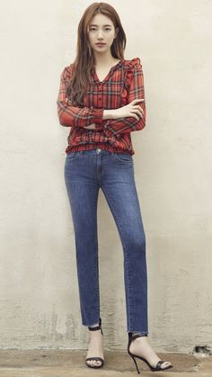 Suzy (수지) is a South Korean actress and solo singer under Management SOOP. Suzy debuted as a member of MissA in March 2010 under JYP En. Korean Actresses, Korean Actors, Mom Jeans, Skinny Jeans, Guess Jeans, Jupe Short, Bae Suzy, Fashion Beauty, Feminine Fashion