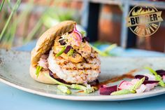 Seid ihr bereit für das beste aus dem Meer? Der letzte Burger aus Guido Webers Rezept-Trilogie ist ein Seafood Burger mit Garnelen, Fenchel und selbst gemachter Tomatenbutter.