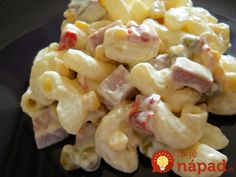 Rýchla večera zcestovín, majonézy aingrediencií, ktoré máte práve doma. Ak aj vy hľadáte nápad na rýchlu ajednoduchú večeru, tento šalátik vám určite ulahodí.  Potrebujeme:  250 g cestovín    150 g šunky nakrájanej na kocky    Mletú červenú papriku    1 zaváranú červenú papriku    3