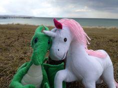Kurzurlaub an der Ostsee mit Kuscheltier - Dante und Aila sind das erste mal am Meer.  Auch wenn es viel zu tun gibt, muss man sich einfach mal eine Auszeit gönnen. Einfach mal durchatmen und abschalten. Das geht besonders gut am Meer. So zog es Aila und Dante für zwei Tage an die Ostsee. Dieses schöne Foto ist dabei entstanden. #Drache #Einhorn #Meer