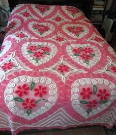 Hearts and Roses Vintage Chenille Bedspread~Grandma Nell Sweet~ why did I Pin a… Vintage Bedspread, Bedroom Vintage, Vintage Textiles, Vintage Quilts, Vintage Hippie, Vintage Love, Retro Vintage, Vintage Stuff, Country Victorian Decor