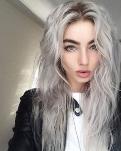 Long wavy hair in silver color #haircolor #hairdye #hairchalk