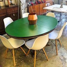 www.potsdam.es C/Santa Marta 6 Pamplona.  Composicion de mesa clasica de madera pintada de verde con sillas plasticas y pata de madera