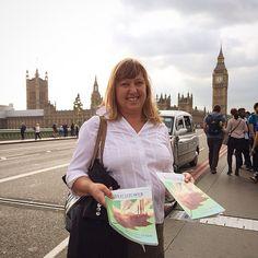 Predicación de los Testigos cerca del reloj #BigBen en #Londres, #Inglaterra. (Jehovah's Happy People.  Beautiful spot for a picture.  @jw_witnesses   Websta (Webstagram)