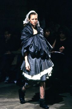 Comme des Garçons Spring 1998 Ready-to-Wear Fashion Show - Maggie Rizer Anti Fashion, Fashion Brands, High Fashion, Fashion Details, Timeless Fashion, Fashion Design, Rei Kawakubo, Comme Des Garcons, Fashion Show Collection