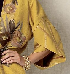 I can't believe this couture dress is from I'd wear this yellow beauty in a heartbeat. Vogue Tulip Banded-Sleeve Kimono Jacket - love the overlapped sleeve band Sleeves Designs For Dresses, Sleeve Designs, Blouse Designs, Sleeve Dresses, Abaya Fashion, Fashion Dresses, Couture Fashion, Mode Abaya, Vogue Sewing Patterns