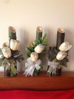 Com cana dde bambu! Bamboo Centerpieces, Beach Wedding Centerpieces, Flower Centerpieces, Flower Decorations, Tropical Floral Arrangements, Ikebana Arrangements, Flower Arrangements Simple, Decoration Plante, Bamboo Crafts