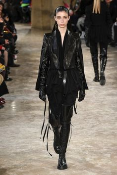 The complete Ann Demeulemeester Fall 2018 Ready-to-Wear fashion show now on Vogue Runway. Ann Demeulemeester, Mode Cyberpunk, Cyberpunk Fashion, Fashion 2018, Fashion Week, Runway Fashion, Womens Fashion Casual Summer, Womens Fashion For Work, Dark Fashion