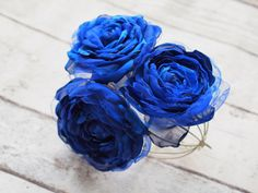 Custom made royal blue blossoms made of satin, chiffon, tulle and organza. Each flower is convertible to be used as hair accessory and brooch or it can be attached to a sash, clutch, corsage having both an alligator clip and a pin on the opposite side.The flower measures about 15 cm, 5.9 across(without the feathers). Each petal is individually designed, shaped and assembled by me.  A stylish touch to your boho styled wedding, or an expression of your fondness for romantic ink nights. It can…