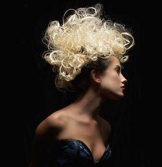 Saç Mezoterapisi ve Saç Dökülmesi Tedavisi Mezoterapi, kelime anlamı olarak direkt cildin orta tabakasına uygulanan bir tedavi yöntemidir. Amaç daha az miktarda aktif maddeyi tedavi edilecek bölgeye enjekte ederek etkili bir sonuç elde etmektir. Bu yöntem yüzde, saçlı deride, ve vücutta kullanılmaktadır.  Saç mezoterapisi, saçın ihtiyacı olan ve kıl köklerini besleyen vitaminlerin, minarellerin, peptitlerin, antioksidanların ve kan dolaşımını arttırıcı ilaçların 2 veya 4 mm'lik özel iğneler…
