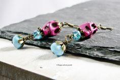 Ohrhänger Skull neon pink mit hellblau - bronze ............  Witzige und edle Ohrhänger Skull bestehend aus neon pink farbenen Totenköpfen und ...