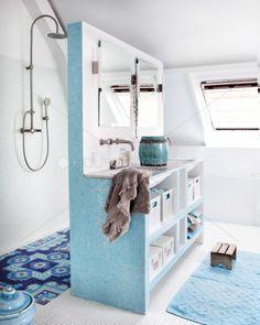 #blue #bathroom #tiles  En duschvägg?