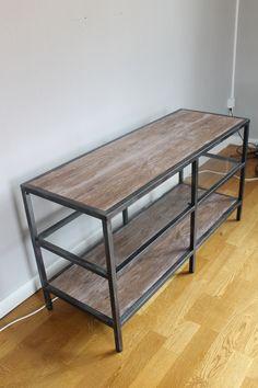 Köpte mig en Vittsjö tv-bänk från Ikea och gjorde en egen tappning av den med hjälp av lite silverspray, kökssvampar och dekorplast!