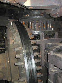 La siguiente imagen es la muela del molino, el dispositivo que mediante la fuerza obtenida del viento, muele el producto. Esta se usa para crear pigmentos para pinturas y pertenece a uno de los molinos de Zaanse Schans. Holanda
