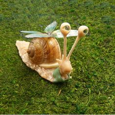 Made you laugh, didn't it?!?!?! Got to love the snails....and I think this one has bigger clevage than me :)