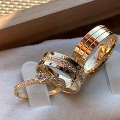 Types Of Wedding Rings, Classic Wedding Rings, Diamond Wedding Rings, Wedding Ring Bands, Bijoux Louis Vuitton, Couple Ring Design, Engagement Rings Couple, Grunge Jewelry, Gold Mangalsutra Designs