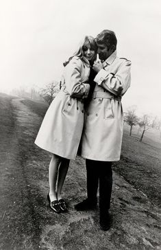 Une campagne Burberry des années 1960 A timeless piece, the Burberry trench has made its mark forever. Designed by Thomas Burberry in the long waterproof coat was used to protect soldiers from the rain in the trenches, earning it its name. George Peppard, Trench Coat Outfit, Raincoat Outfit, Poppy Delevingne, Jane Birkin, Jackie Kennedy, Audrey Hepburn, Burberry Trench Coat, Trench Coats