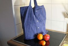 Tolle Upcycling-Idee: Tasche aus Hemd nähen um ein altes Oberhemd einen praktis… Great upcycling idea: Sewing bag from shirt to give an old shirt a practical purpose. This free tutorial shows step by step how it works Shirt Refashion, Diy Shirt, Shirt Bag, Clothes Crafts, Sewing Clothes, Diy Projects For Kids, Diy For Kids, Diy Accessoires, Old Shirts
