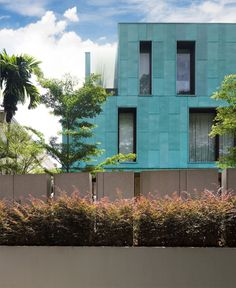 Featured in Habitus the Green House is a monolithic copper-clad cube in the west of Singapore Island that engages with its lush surroundings and is a frame for both garden and art. Cubes, Singapore Island, Exterior Design, Places To Visit, Multi Story Building, House Styles, Gallery, Home Decor, Copper