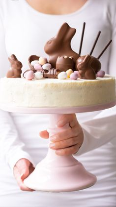 Decorate Easter cake with chocolate bunnies & eggs - Nicest Thing .-Ostertorte dekorieren mit Schokohasen & Eiern – Nicest Things Easter cake Candy Cake decorate with sweets for Easter - Easter Candy, Easter Treats, Easter Egg Cake, Easter Cake With Mini Eggs, Cakes For Easter, Easter Food, Food Cakes, Cupcakes, Cupcake Cakes