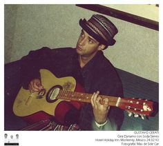 GUSTAVO CERATI: Gira Dynamo con Soda Stereo Monterrey, México 24 de febrero de 1993 Foto tomada por Max de Side Car que le llevó al hotel su guitarra para que Gustavo se la firme y no sólo logró que él la firmara, sino que también con muy buena onda tocó algunos acordes con ella. Hoy Max a esa guitarra la atesora en su sala de ensayo.