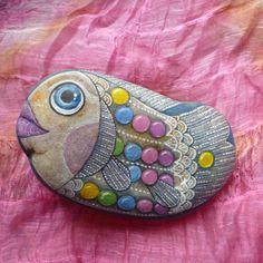 Lentilková ryba Oblázek je malovaný vodovými a temperovými barvami a fixován kvalitním přestřikovým lakem, přesto není vhodný do vlhkého prostředí, 150x85 mm.