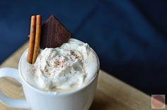 ngredinece  400ml mléka 1 tabulka 90% čokolády 1 Čl skořice 1 PL třtinového cukru 31% smetana ke slehání  Postup  1. Ve vodní lázni si rozpustíme čokoládu. 2. Přilejeme mléko, přisypeme skořici a cukr. Směs řádně promícháme, nejlépe metličkou. 3. Sundáme z plamene a nalejeme do hrnečků. 4. Navrch dáme vyšlehanou domácí šlehačku, kterou taktéž posypeme skořicí.