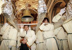 La Semana de Pasión de Málaga es un espectáculo para los cinco sentidos, con sus tronos, imágenes, miles de nazarenos y penitentes que dan luz y color con sus cirios y vestimentas, y llenan de música, aromas a incienso y flores al paso de las procesiones y miles de personas que se agolpan por admirar a sus cofradías. A diferencia de otras procesiones, la de Málaga se vive con alegría y bullicio, y muchos famosos acuden a la ciudad para vivirlo verlo (en la imagen, Antonio Banderas)…