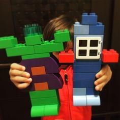 """15 minutos brincando sozinho e o menino quis mostrar: """"o hulk e o capitão américa!"""" Moral da história: não precisa ser o boneco de centenas de reais. Vai por mim... #dosmeninos #doismeninos #equilibrosa #coisademenino #criançafeliz #vingadores #hulk #capitaoamerica #avengers #superheroi"""