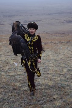 the only female eagle huntress in the world. x Makpal, the only female eagle huntress in the world.Makpal, the only female eagle huntress in the world. Potnia Theron, Georg Christoph Lichtenberg, Central Asia, World Cultures, People Around The World, Character Inspiration, Writing Inspiration, Beautiful People, Beautiful Models
