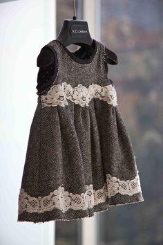 Vacker klänning för den framtida lilla. Tänker vinterbröllop.