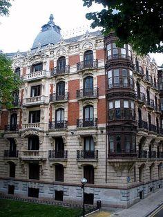 Rampas de Uribitarte, en la actualidad la sede del Colegio de Abogados de Vizcaya, un edificio singular representativo de lo mejor del primer ensanche de Bilbao.