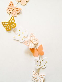 butterfly garland - DIY party decoration or photo backdrop. Make with different shapes too. Butterfly Party, Butterfly Photos, Butterfly Crafts, Diy Paper, Paper Crafts, Diy Girlande, Diy And Crafts, Arts And Crafts, Diy Party Decorations
