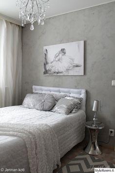 sängynpääty,taulu,makuuhuone,makuuhuoneen sisustus,yöpöytä