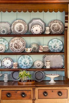 38 Beautiful Farmhouse Hutch Design Ideas To Improve Your Room. If you're trying to remodel your kitchen, have a look at our extensive selection. The kitchen is the center of the house, which sh. Farmhouse Bathroom Accessories, Eclectic Decor, Rustic Interiors, Cheap Home Decor, Cool Furniture, Painted Furniture, Furniture Ideas, Furniture Design, Rustic Decor