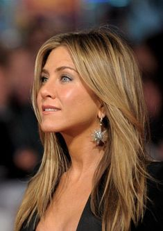 May 2020 - Jennifer Aniston Inspired Star Burst Earrings Jennifer Aniston Style, Jennifer Aniston Pictures, Jennifer Aniston Makeup, Jennifer Aniston Long Hair, Jennifer Aniston Hair Friends, Jennifer Garner Hair, Baby Girl Haircuts, Jeniffer Aniston, Corte Y Color