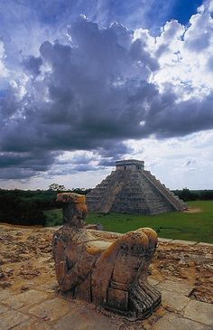 Chacmool and the pyramid of kukulkan - Mexico - I have visited this place and loved it. The energy is sacred. Ancient Aliens, Ancient History, Mexican Gods, Maya Civilization, Inka, Jesus Painting, Aztec Art, Dark Photography, Mayan Ruins