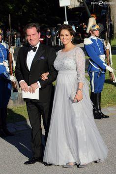 La princesse Madeleine, enceinte de huit mois, lors de son arrivée avec son mari Christopher...